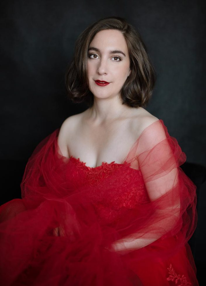 photo de portrait de femme en robe de soie rouge
