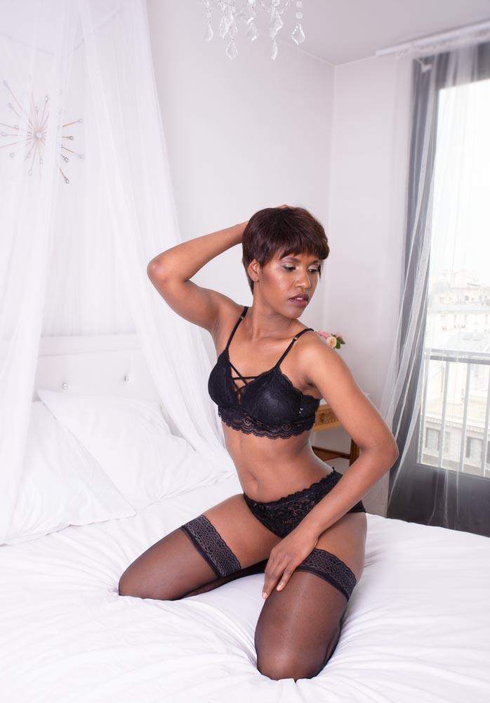 portrait boudoir femme noire chambre glamour