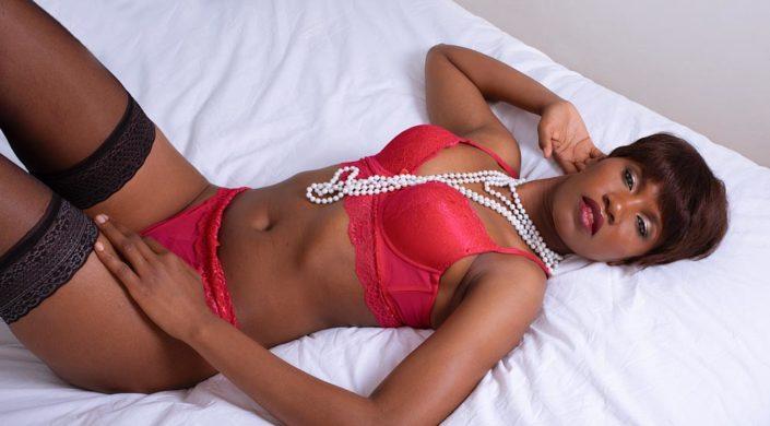 photo femme boudoir sur le lit allongée