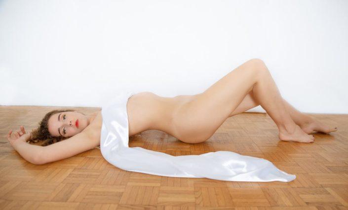 photo de femme nue sur le sol boudoir