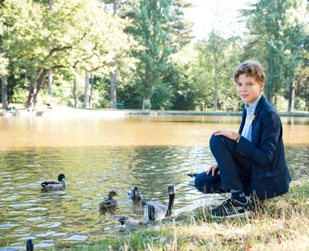 photo de famille le garçon de 10 ans devant le lac
