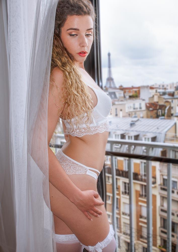femme boudoir devant la fenetre avec vu sur la tour eiffel en lingerie