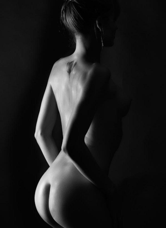 nu artistqiue de dos noir et blanc