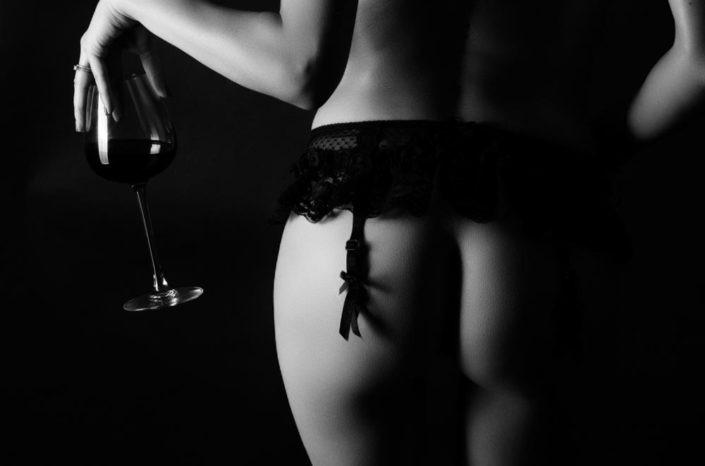 nu artistique femme avec verre de vin black and white